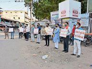 ભરૂચમાં જાહેર કાર્યક્રમ ન કરવા જાહેરનામું છતાં બંગાળની હિંસા મામલે વિરોધ પ્રદર્શન, પોલીસે કાર્યવાહી કરવાની જગ્યાએ પ્રોટેક્શન આપ્યું! ભરૂચ,Bharuch - Divya Bhaskar