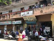 નવસારીના રૂસ્તમવાડી શહેરી આરોગ્ય કેંદ્રમાં રસીકરણ માટે આવેલા લાભાર્થીઓ મુશ્કેલીમાં મુકાયા, 50 ડોઝનો સ્ટોક હોવા છતા 150 લોકોને બોલાવાયા|નવસારી,Navsari - Divya Bhaskar