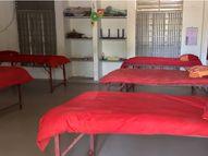 વલસાડના સાંસદના દત્તક ગામમાં કેટરિંગના ટેબલ પર ગાદલા નાખી શરૂ કરાયું કોવિડ કેર સેન્ટર, શું આ રીતે બનશે 'મારું ગામ કોરોનામુક્ત ગામ'?|વલસાડ,Valsad - Divya Bhaskar