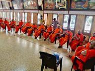 અમદાવાદમાં મણિનગર સ્વામિનારાયણ ગાદી સંસ્થાનના 18થી વધુ વયના સંતોએ વેક્સિનનો પ્રથમ ડોઝ લીધો|અમદાવાદ,Ahmedabad - Divya Bhaskar