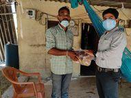 કરારબદ્ધ કર્મીઓએ પડતર માંગ ન સ્વીકારતા અનોખો વિરોધ કર્યો|નવસારી,Navsari - Divya Bhaskar