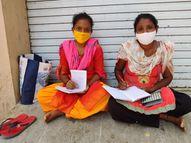 કોવિડ દર્દીની પત્ની અને બહેન સિવિલ હોસ્પિટલ બહાર બેસી બુકમાં સતત લખે છે 'જય માતાજી'|નવસારી,Navsari - Divya Bhaskar
