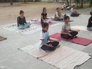 વહેલાલ ગામમાં 2 મહિનાથી ગ્રામજનોને નિઃશુલ્ક યોગ કરાવી રહેલાં યોગ શિક્ષક|ગાંધીનગર,Gandhinagar - Divya Bhaskar