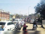 मालवाड़ा रेलवे फाटक का बैरियर टूटा, आधा घंटे लगा रहा जाम जालोर,Jalore - Dainik Bhaskar