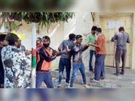 नपा गेट पर ताला डाल प्रदर्शन, सीएमओ ने हटाने की चेतावनी दी ताे माने सफाईकर्मी|होशंगाबाद,Hoshangabad - Dainik Bhaskar