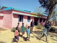 कोरोनाकाल में स्टूडेंट्स को स्कूल बुलाकर शिक्षक बनवा रहे हैं क्यारी, भरवा रहे पानी|जशपुर,Jashpur - Dainik Bhaskar