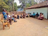पालकोट में रोड निर्माण में लगे मजदूरों को 294 के बदले 200 रुपए मजदूरी|गुमला,Gumla - Dainik Bhaskar