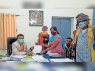 फर्जी प्रमाण पत्र के जरिए नौकरी करने वालों की जांच कर हटाने की रखी मांग राजनांदगांव,Rajnandgaon - Dainik Bhaskar