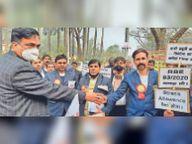 सरकार की नीतियों के खिलाफ स्टेशन मास्टराें की भूख हड़ताल|मुजफ्फरपुर,Muzaffarpur - Dainik Bhaskar