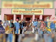 पीडी खाता खोलने का विरोध, जिलेभर में सरपंचों ने पंचायत मुख्यालयों पर तालाबंदी कर किया प्रदर्शन|अलवर,Alwar - Dainik Bhaskar