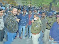 पुलिस वाहन ने कार को टक्कर मारी; युवक को पीटा, विरोध में थाने पहुंची करणी सेना|जावरा,Jaora - Dainik Bhaskar