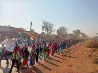 हाथों में तिरंगा थामे 90 किमी तक पैदल सफर तय कर चुके हैं एक हजार ग्रामीण राजनांदगांव,Rajnandgaon - Dainik Bhaskar