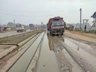 बालू ओवरलोडेड ट्रकों से पानी टपकने के कारण खराब हो रही फोरलेन सड़क आरा,Ara - Dainik Bhaskar