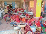 राशि का भुगतान करने की मांग काे लेकर नरेगा श्रमिकों ने सिर पर तगारी रखकर प्रदर्शन किया|पाली,Pali - Dainik Bhaskar