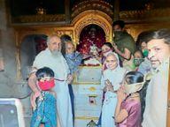 श्री अजीतनाथ मूलनायक भगवान को चढ़ाया स्वर्णहार|आगर मालवा,Agar - Dainik Bhaskar