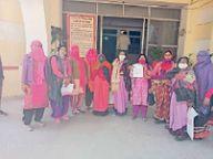 आंगनबाड़ी कार्यकर्ताओं ने सीएम के नाम सौंपा सीकर,Sikar - Dainik Bhaskar