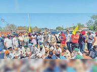 किसानों ने यूपी से आए गेहूं के भरे ट्राॅलों को रोक की नारेबाजी, 45 ट्राॅलों को घेरा कुराली,Kurali - Dainik Bhaskar