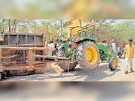 सनवाड़ा आर सड़क पर चारे से भरी ट्रैक्टर-ट्रॉली पलटी, तीन लोग घायल|आबूराेड,Abu road - Dainik Bhaskar