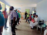 जादूगोड़ा सामुदायिक केंद्र में दो घंटे देर से शुरू हुआ वैक्सीनेशन|जादूगोड़ा,Jadugora - Dainik Bhaskar