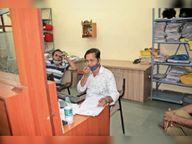 कोरोना संक्रमण रोकने की निगम पर सबसे बड़ी जिम्मेदारी, लेकिन लापरवाही ऐसी कि कर्मी आफिस में मास्क नहीं लगा रहे, सेनेजाइजर मशीनें कबाड़ हुईं|कोटा,Kota - Dainik Bhaskar