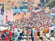 शीतला माता मंदिर में दर्शनों के लिए उमड़े हजारों भक्त, महिलाएं-बच्चे दीवार पर चढ़कर मंदिर में पहुंचे, मास्क उतरे, डिस्टेंसिंग टूटी|रोहतक,Rohtak - Dainik Bhaskar
