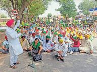 गेहूं की सरकारी खरीद शुरू नहीं हाेने पर किसानों ने मानसा-बठिंडा रोड किया जाम|बठिंडा,Bathinda - Dainik Bhaskar