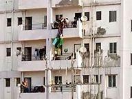 मां की मौत के अगले ही दिन चार मंजिला घर से कूदी बेटी; नीचे खड़े लोग बचाने की बजाय वीडियो बनाते रहे|भोपाल,Bhopal - Dainik Bhaskar