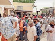 टीका लगवाने की हाेड़ में भूल गए सोशल डिस्टेंस, संक्रमण फैलने का डर बाड़मेर,Barmer - Dainik Bhaskar