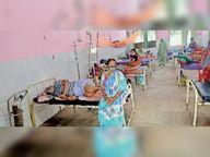 बिना पीपीई किट पहने स्वास्थ्यकर्मी कर रहे इलाज; कोरोना मरीजों के साथ बैठ रहे परिजन, ड्यूटी से गायब मिले डॉक्टर|अररिया,Araria - Dainik Bhaskar