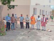 लगातार तीसरे हफ्ते भोजन के 300 पैकेट बांटे; कैलाश नगर में घर-घर से सहयोग कर मरीज व परिजन की कर रहे मदद खंडवा,Khandwa - Dainik Bhaskar