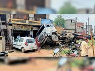 ट्रेलर 2 बाइक को चपेट में लेते हुए घुसा दुकान में जांजगीर,Janjgeer - Money Bhaskar