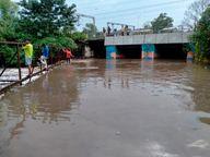 तीन पुलिया पर पानी के तेज बहाव में बाइक सवार बहे; चाचा ससुर लापता, दामाद को बचाया गया|खंडवा,Khandwa - Money Bhaskar