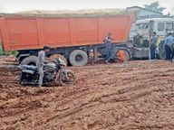 हफ्तेभर पहले सुधारी थी, अब धनागर सड़क है इतनी बदहाल रायगढ़,Raigarh - Money Bhaskar