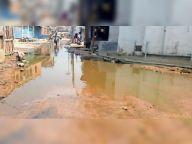 शहर के लहेरी टोला जाने वाली सड़क पर जमा गंदे पानी से हो रही परेशानी|मधेपुरा,Madhepura - Money Bhaskar