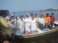 नाव में सवार होकर कांग्रेसियों ने प्रज्ञा ठाकुर की फोटो पर मां नर्मदा का जल छिड़कर शुद्धिकरण और सद्बुद्धि के लिए यज्ञ किया|भोपाल,Bhopal - Money Bhaskar