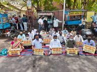 ભાવનગરમાં કોરોના મહામારી દરમિયાનો લોકોને પડતી હાલાકી મામલે કૉંગ્રેસ દ્વારા ધરણાં યોજવામા આવ્યા|ભાવનગર,Bhavnagar - Divya Bhaskar