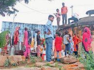 टंकी पर चढ़कर बाल्टियों से खींचकर निकाल रहे हैं पानी|करौली,Karauli - Money Bhaskar