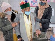 प्रशासन ने कहा- बूथ तक आपको उठाकर ले चलेंगे; 103 साल के नेगी बोले- वोट मेरा, खुद चलकर डालूंगा|देश,National - Dainik Bhaskar