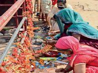 शक्ति मंदिर के बाहर ही सड़क के किनारे पूजा कर रहे श्रद्धालु, फूल चढ़ाकर वहीं फोड़ रहे हैं नारियल|धनबाद,Dhanbad - Dainik Bhaskar