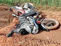 ओवर टेक करते समय बाइक फिसली, ट्रक का पहिया युवक के सिर से गुजरा, माैत होशंगाबाद,Hoshangabad - Dainik Bhaskar