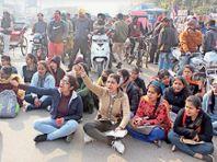 स्टूडेंट्स के प्रदर्शन के बाद जनसंगठन भी हुए एक्टिव, कॉलेज ने गारंटी में रखी डिग्रियां लौटाई|जालंधर,Jalandhar - Dainik Bhaskar