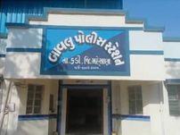 મહેસાણાના થોળની સીમમાં જુગાર રમી રહેલા 5 શખ્સો 28 હજારના મુદ્દામાલ સાથે ઝડપાયા|મહેસાણા,Mehsana - Divya Bhaskar