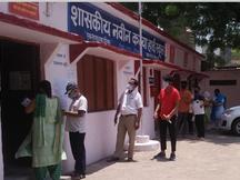 बिना रजिस्ट्रेशन दूसरा डोज लगवाने पहुंचने 45+ के लोगों को बिना वैक्सीनेशन लौटाया, बाद में सॉफ्टवेयर का एरर बता लगाया टीका भोपाल,Bhopal - Dainik Bhaskar