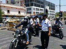 बाइक सवार तीन युवकों ने नाकाबंदी में ड्यूटी दे रहे ट्रैफिक पुलिसकर्मी को पकड़कर गिराया, कई चोटें आईं, अब गिरफ्तार|राजस्थान,Rajasthan - Money Bhaskar