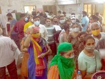 નડિયાદ સહિત ખેડા જિલ્લામાં રસીકરણ કેન્દ્રો પર અફડાતફડી, મર્યાદિત જથ્થા આવતા લોકો બાખડ્યા નડિયાદ,Nadiad - Divya Bhaskar