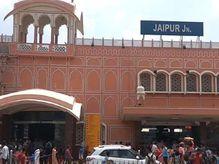 जयपुर जंक्शन पर बैग सैनेटाइज करवाने की मशीन पड़ रही है प्रशासन को भारी, शुल्क को लेकर यात्रियों से रोजाना होता हैं विवाद|जयपुर,Jaipur - Dainik Bhaskar