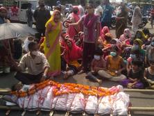 लोगों ने सड़क पर शव रख किया प्रदर्शन, दोषी पर FIR की मांग; मंत्री की समझाइश के बाद डॉक्टर ने वापस लिया इस्तीफा भोपाल,Bhopal - Dainik Bhaskar