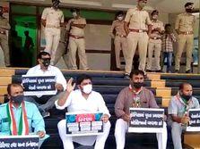 કચ્છમાં કોરોનાની સારવાર મામલે કૉંગ્રેસે ધરણાં યોજ્યા, 25 કાર્યકર્તાઓની અટકાયત કરાઈ|ભુજ,Bhuj - Divya Bhaskar