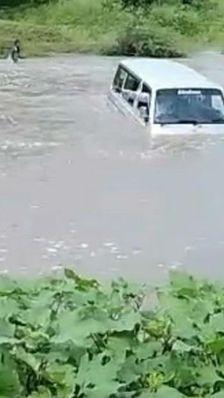 कमलापुर में मारुति वैन नाले में बही; महिला और ड्राइवर की लाश मिली, बच्चे ने कूदकर जान बचाई, 2 लोग लापता