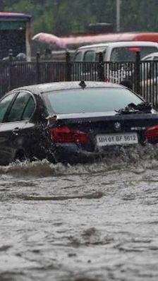 भारी बारिश से मुंबई के ज्यादातर इलाकों में पानी भरा, दफ्तरों को बंद किया गया, ट्रेनें रोकी गईं; दो दिनों के लिए रेड अलर्ट जारी